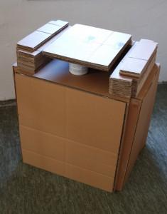 Zwischen dem Tisch, Objekt. Pappe, 60x65x50cm. 2013