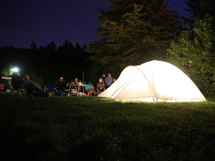 das Zelt mit Campern bei Nacht