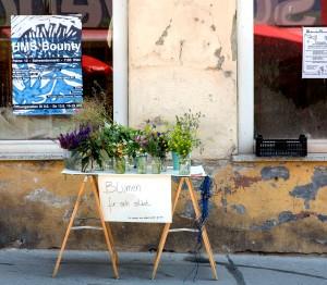 Ich machte Komplimente und bot Blumen für sich selbst an. Außerdem fand eine Ideenbörse statt, hier konnten Zeichnungen meiner nicht realisierten Ideen vom vergangenen Jahr eingetauscht werden – gegen Ideen oder Dienstleistungen.